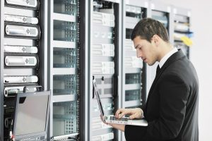 businessman-server-room-adeo-informatique